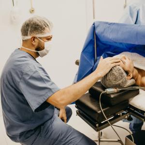 Infirmier touchant un patient