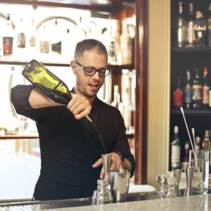 barman faisant une suggestion